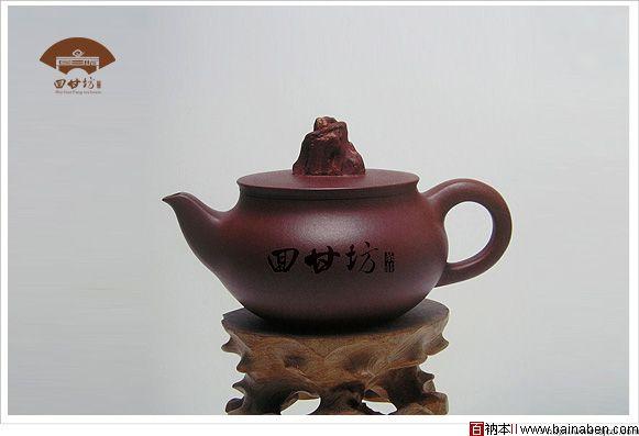 """设计采用具有中国传统文化特色的八仙桌为主要设计元素,八仙桌为中国传统招待客人所用的桌子,八仙桌的云纹部分为汉字""""回甘坊""""三个字变形而成.体现了""""回甘坊""""是品茶聚友的养生佳处,茶桌上面放着一把""""吉祥如意""""的茶壶,正所谓""""一壶清茶悠然香,淡淡人生细品位"""",,聚""""回甘坊""""品茶,享受儒雅人生,茶壶又是一朵祥云,好似淡淡的茶气,象征着吉祥和谐。标识的外形为折扇的造型,折扇打开,呈现出高雅的艺术品味."""